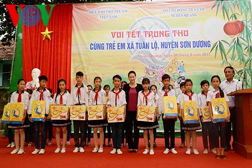Chủ tịch Quốc hội thăm, tặng quà cho các em thiếu nhi huyện Sơn Dương