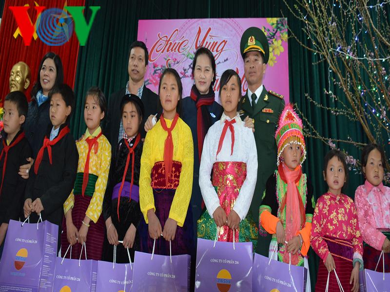 Chủ tịch Quốc hội Nguyễn Thị Kim Ngân tặng quà cho đồng bào dân tộc thiểu số ở Hà Giang