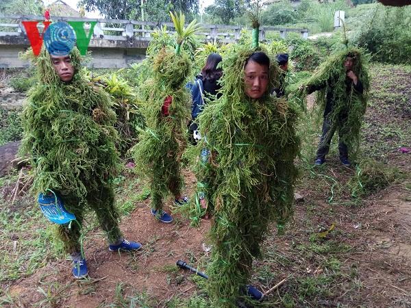 Người Lô Lô hóa trang thành người rừng khi cúng tổ tiên