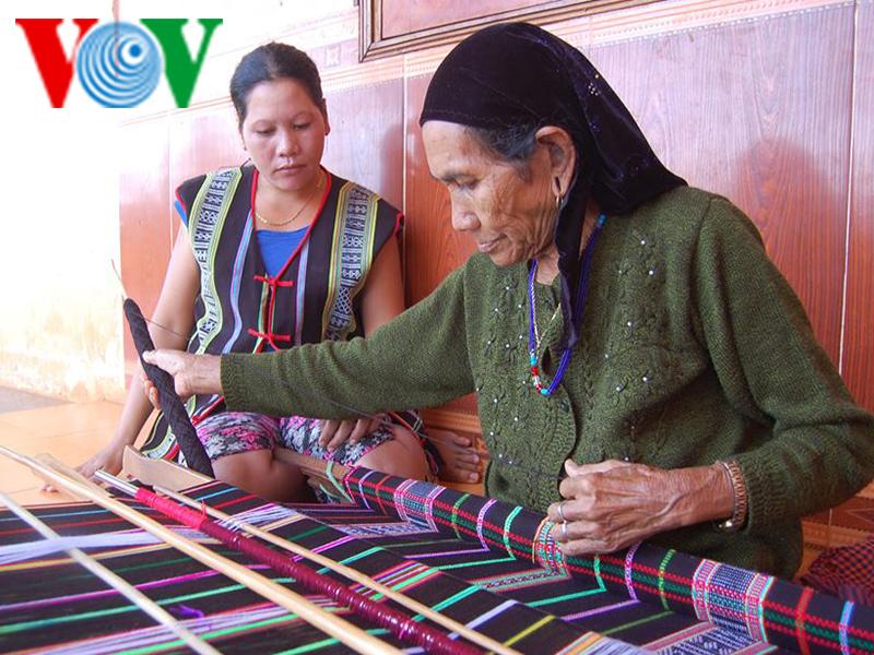 Phụ nữ Mnông khéo léo là phải biết dệt thổ cẩm