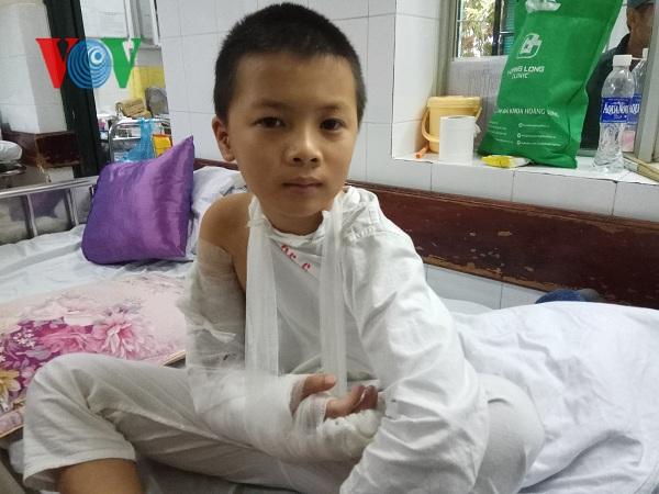 Cháu bé người Nùng sẽ mất cánh tay phải nếu không được điều trị