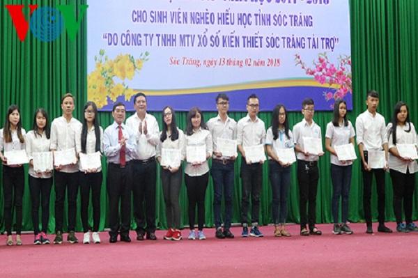 Tặng 226 suất học bổng cho sinh viên nghèo dịp đầu xuân