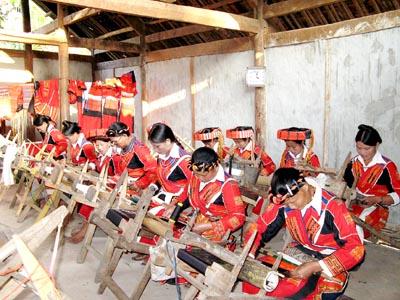 Phu nu Pa Then det tho cam 21-8-2012.jpg