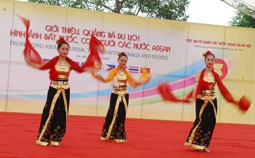 Nghệ thuật truyền thống ASEAN khoe sắc tại Đồng Mô